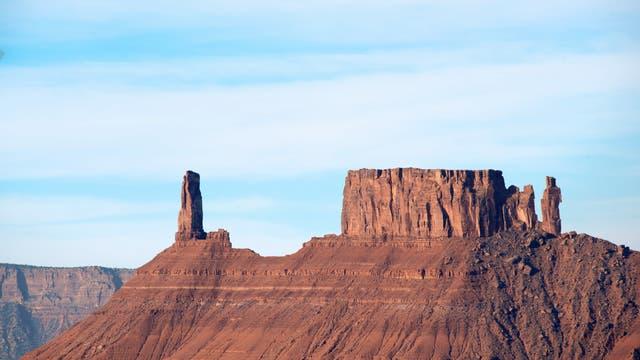 Der 120 Meter hohe Castleton Tower in Utah und die benachbarte, als The Rectory bezeichnete Felsformation sind Überreste eines dicken Sandsteinplateaus.