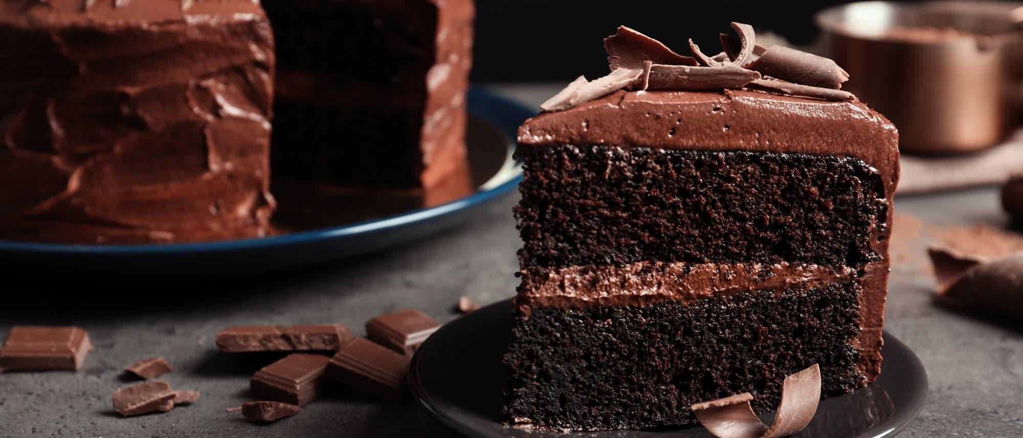 Ein Stuck Schokoladenkuchen auf einem Teller.