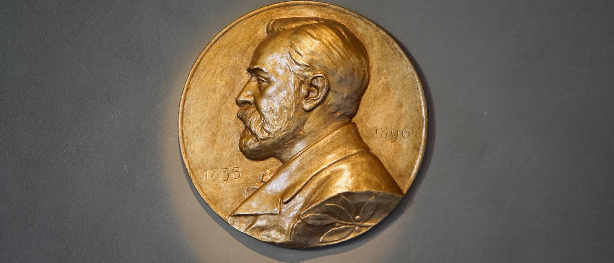 Die Statuten der Nobelstiftung besagen, die Preisträger sollen eine Goldmedaille bekommen, die das Abbild des Testamentsverfassers und eine angemessene Inschrift tragen.