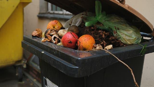 Lebensmittel in einer Mülltonne.