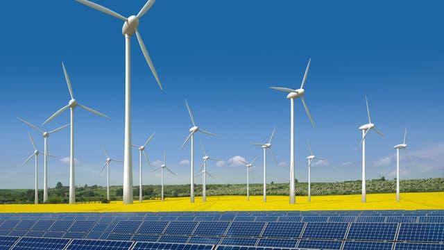 Windkrafträder und Solarmodule