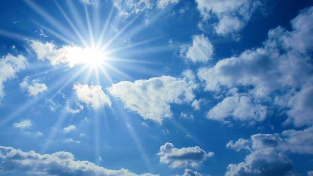 Die Sonne samt nachträglich eingefügtem Strahleneffekt zwischen leichter Bewölkung.
