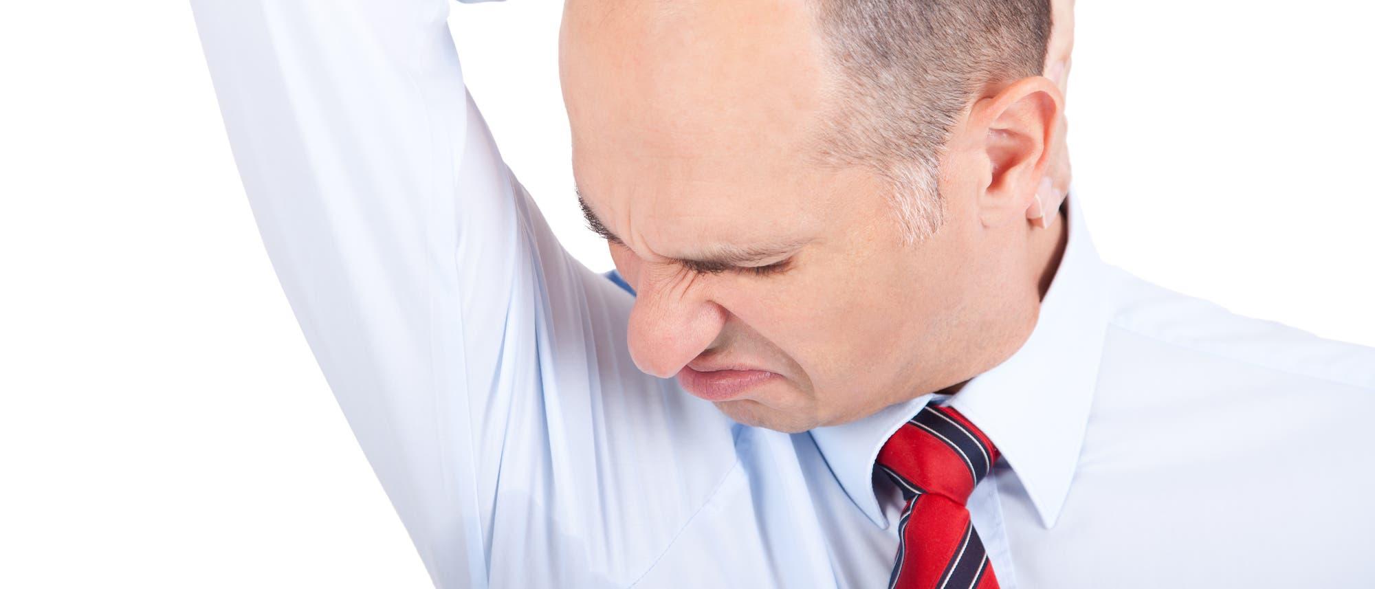 Ein älterer Herr im Anzug riecht am Schweißfleck in seiner Achselhöhle. Idealerweise dorgt er dann dafür, dass wir es nicht müssen.
