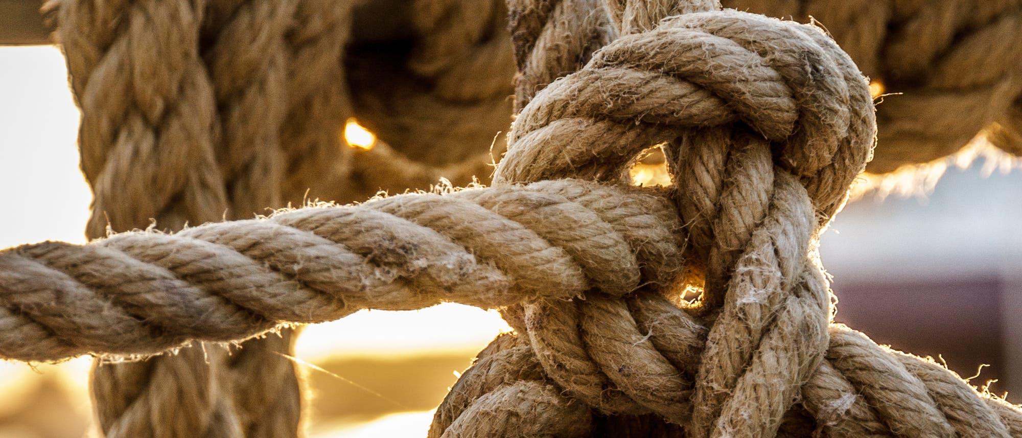 Ein Seemannsknoten leuchtet im Abendlicht