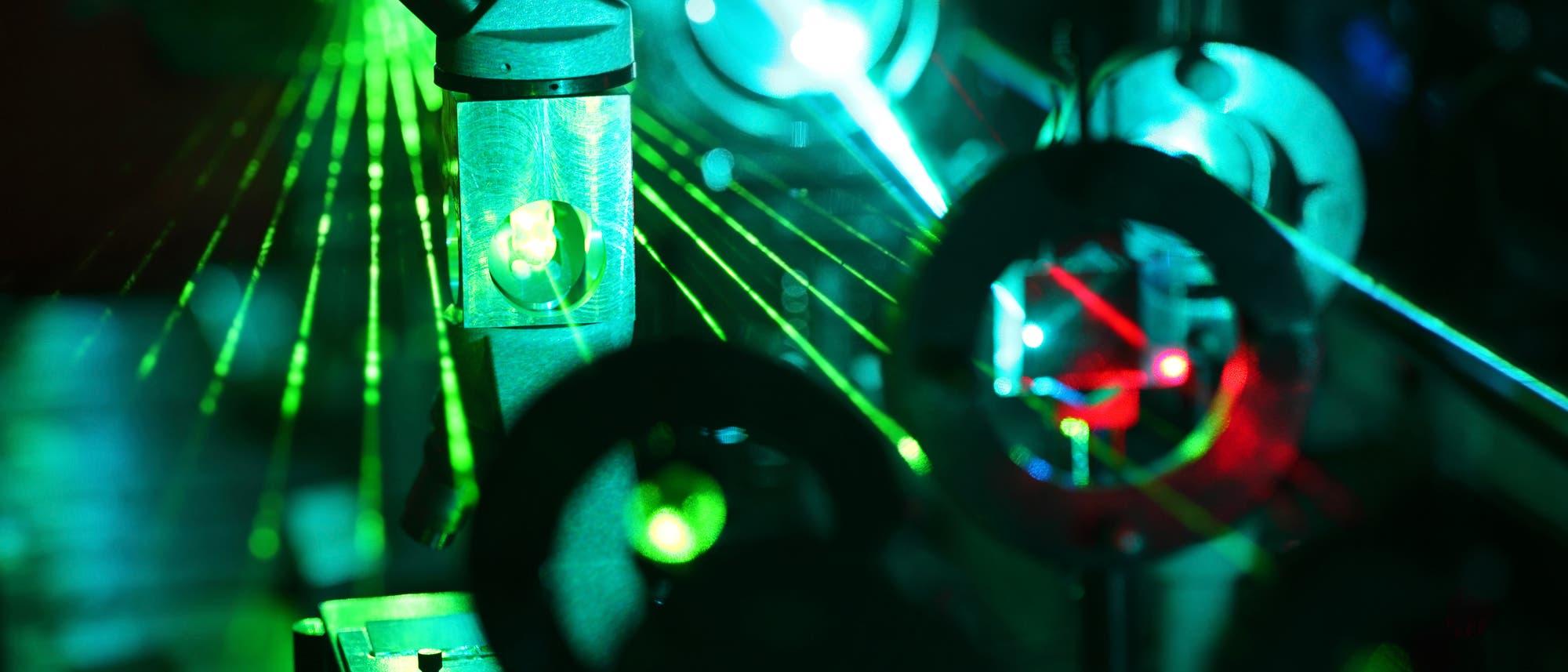 Forschung an einem Lasertisch
