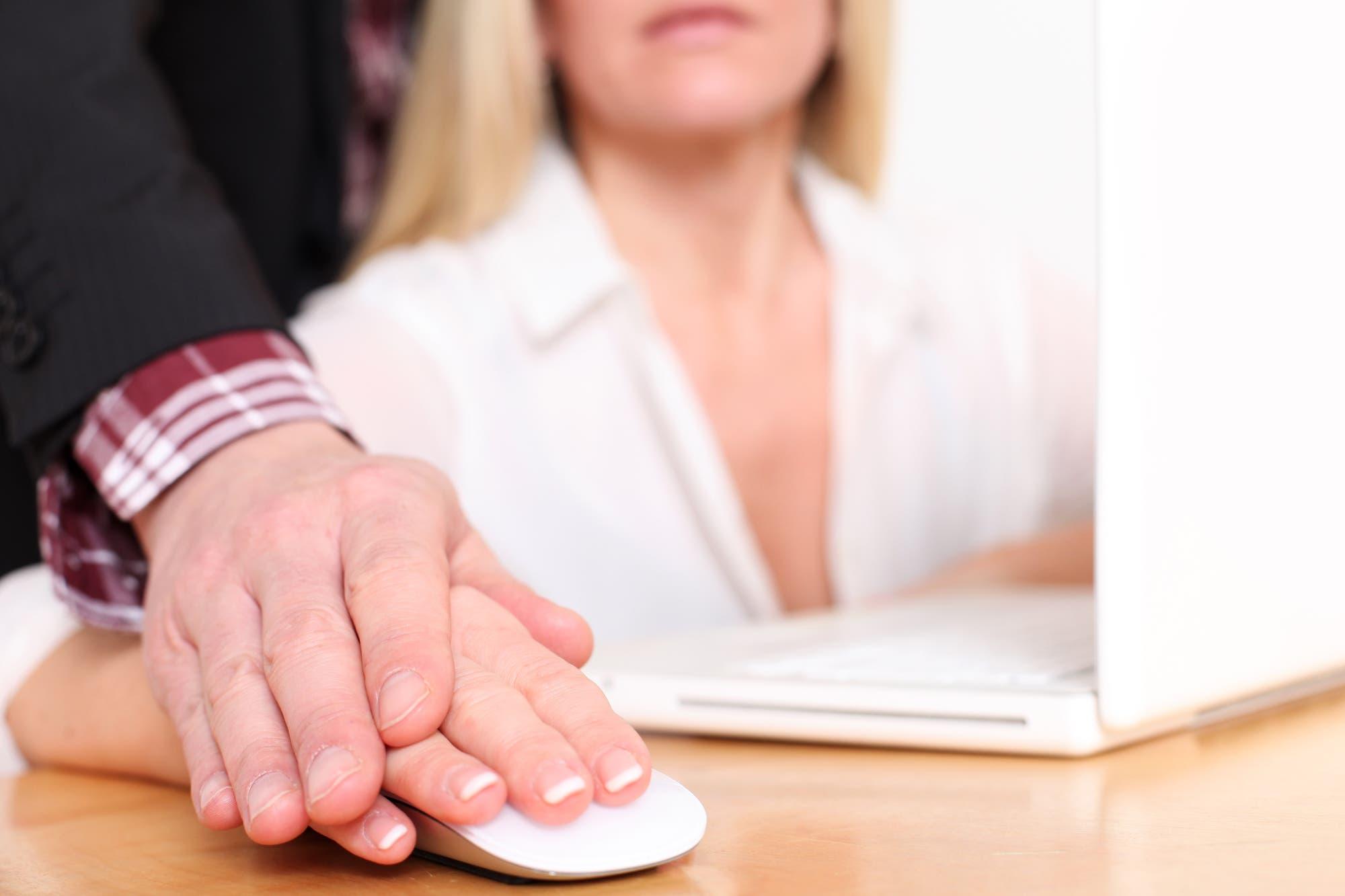 Viele Frauen haben mit sexueller Belästigung am Arbeitsplatz zu kämpfen.