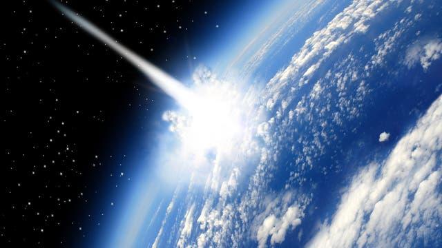 Künstlerische Darstellung des Blicks aus dem Orbit auf einen gerade auf dem Erdenrund einschlagenden Meteoriten, der eine Art symbolischen Schweif hinter sich herzieht. Real wäre das Bild komplett weiß, weil so ein Impakt doch ein bisschen heller ist als hier suggeriert.