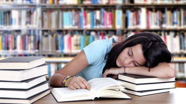 Schülerin schläft