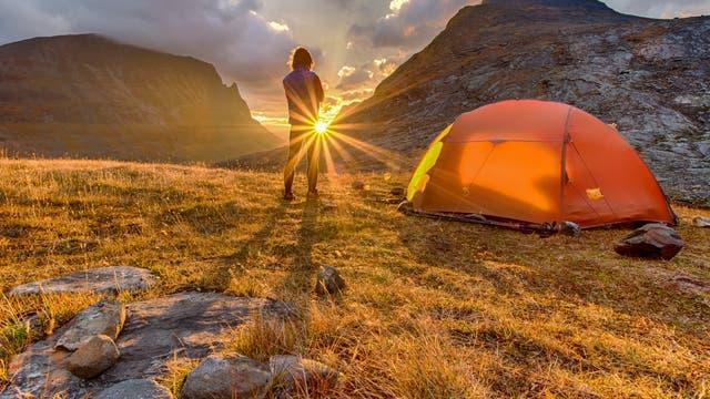 Lauschiger Zeltplatz im Sonnenuntergang