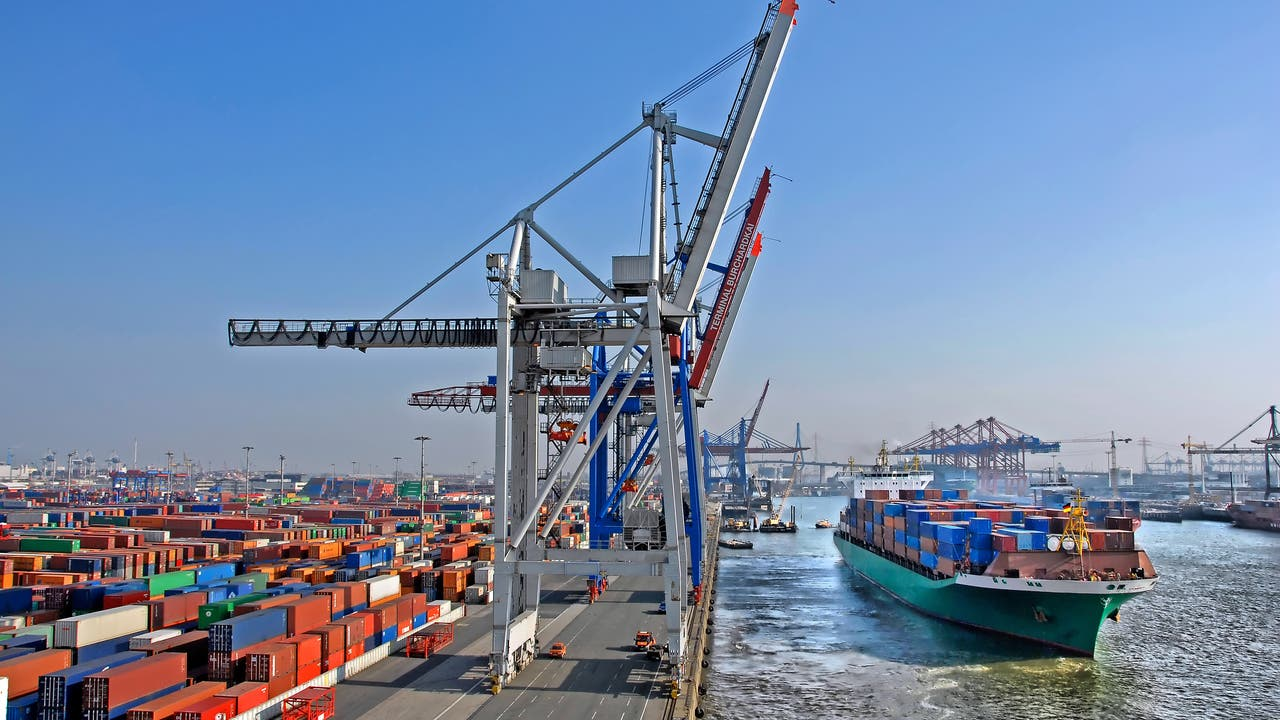 Containerterminal Hamburg-Altenwerder mit einlaufendem Schiff, Containerbrücken und der Köhlbrandbrücke im Hintergrund