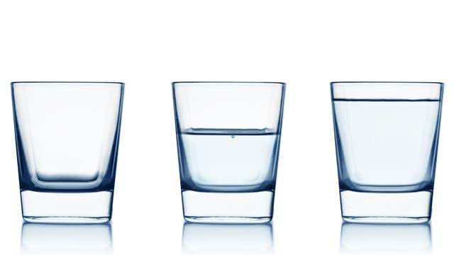 Drei Gläser: Voll, halb voll und leer