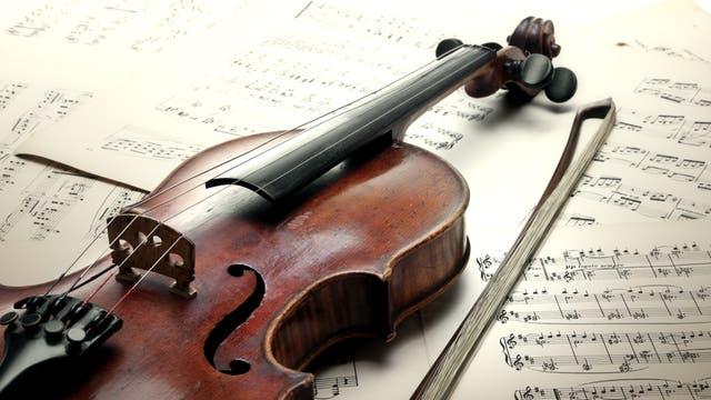 Violine auf Notenblättern