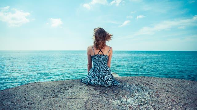 Frau blickt über das Meer