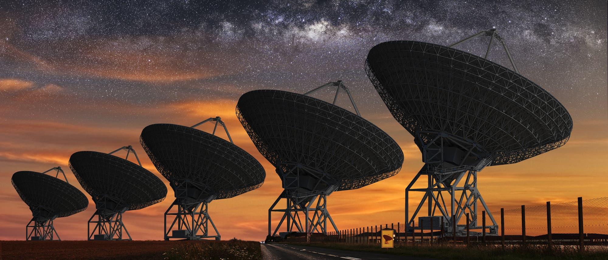 Radioteleskope vor Sternenhimmel