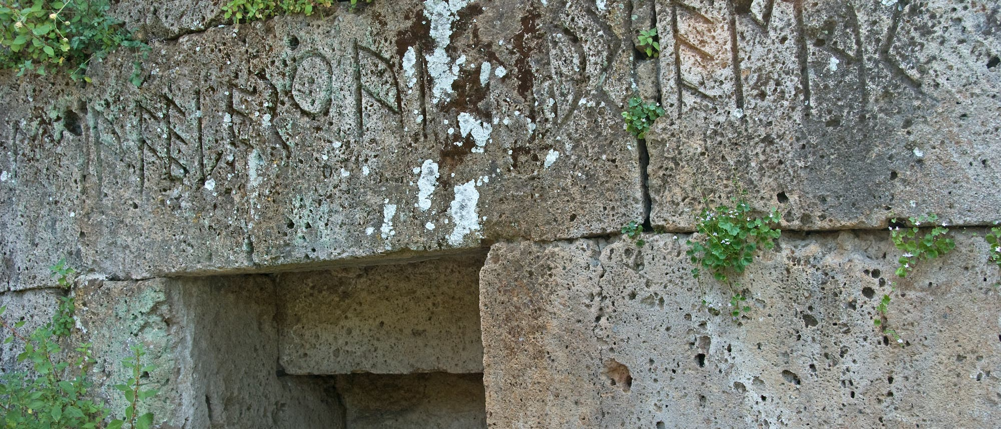 Grab mit etruskischer Inschrift.
