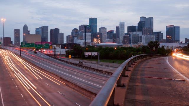 Im Vordergrund Freeways, im Hintergrund die Skyline von Houston