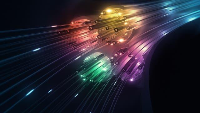 Datentransfer durch Glasfaserkabel erfordert normalerweise Hunderte von Laserdioden mit individuellen Spektralfarben. Ein neues Verfahren ersetzt diese Lichtquellen durch ein einziges optisches Bauteil.