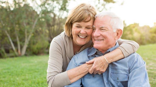 Ein fröhliches älteres Ehepaar