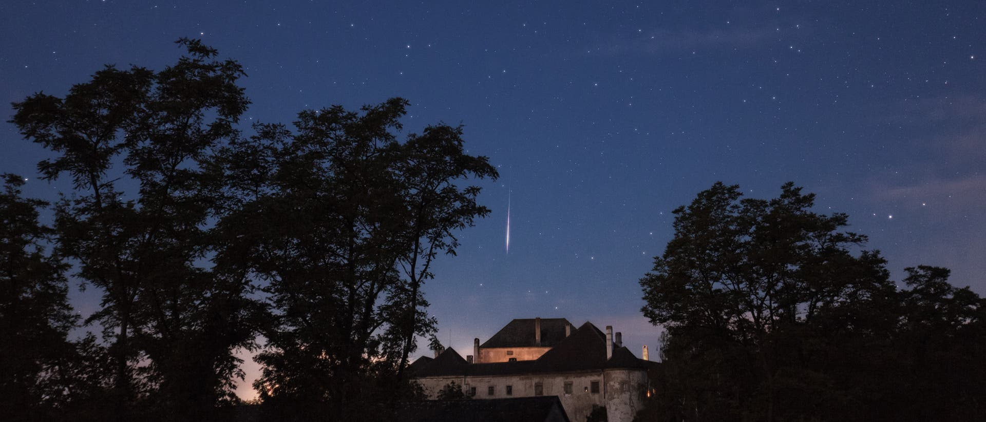 Perseiden-Meteor über Schloss Albrechtsberg