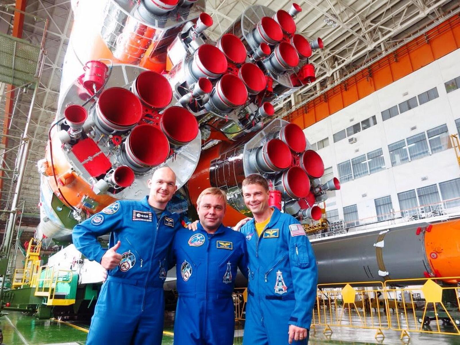 Alexander Gerst mit Kollegen vor Sojus-Rakete