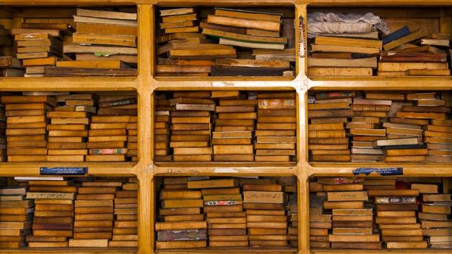 Ein Regal mit alten Büchern