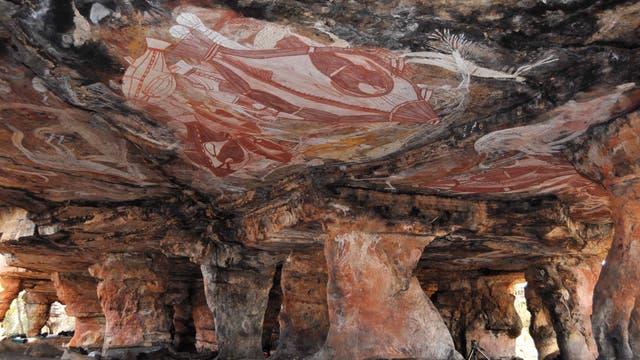 Farbenprächtig bemalte Decke eines Felsüberhangs in Australien.