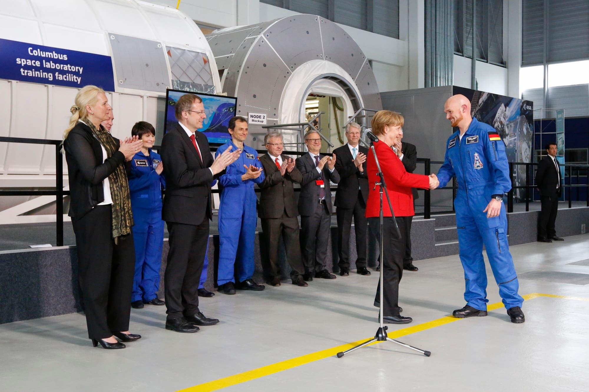 Bundeskanzlerin Angela Merkel gratuliert Alexander Gerst