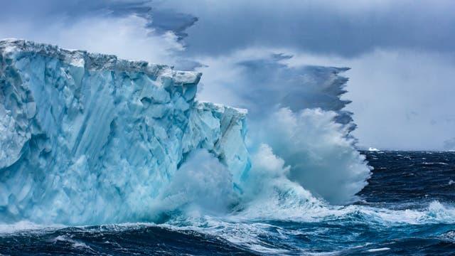 Rund um die Antarktis trifft das stürmischste Meer auf die größten Eismassen der Welt.