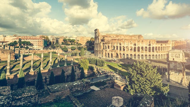 Antike Säulen am Colosseum in Rom