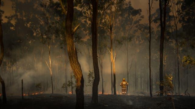 Australischer Feuerwehrmann nach Buschbrand