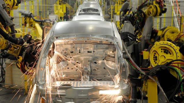Automatisierte Bandstraße in der Automobilindustrie