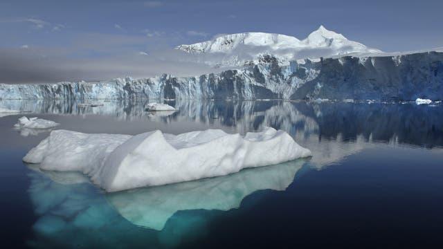 Eisberg vor der antarktischen Küste