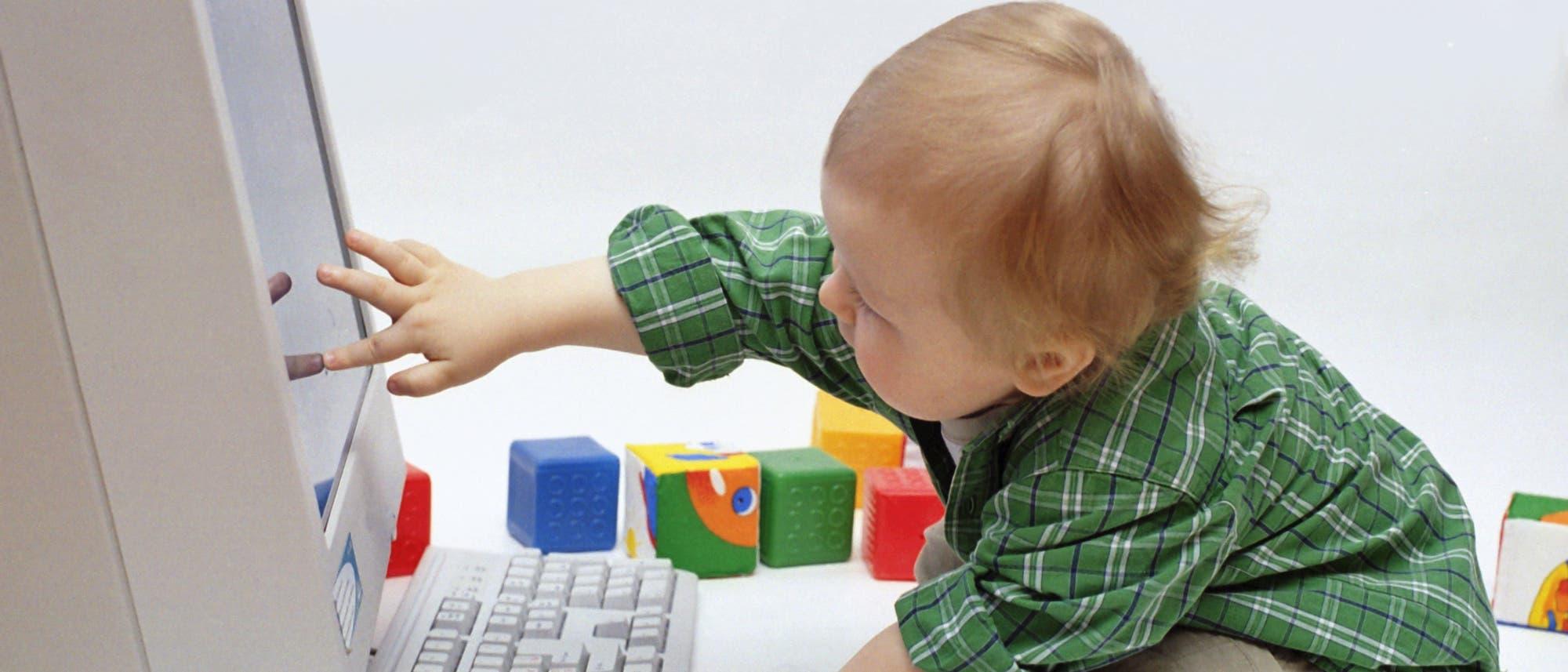 Baby vor Computer