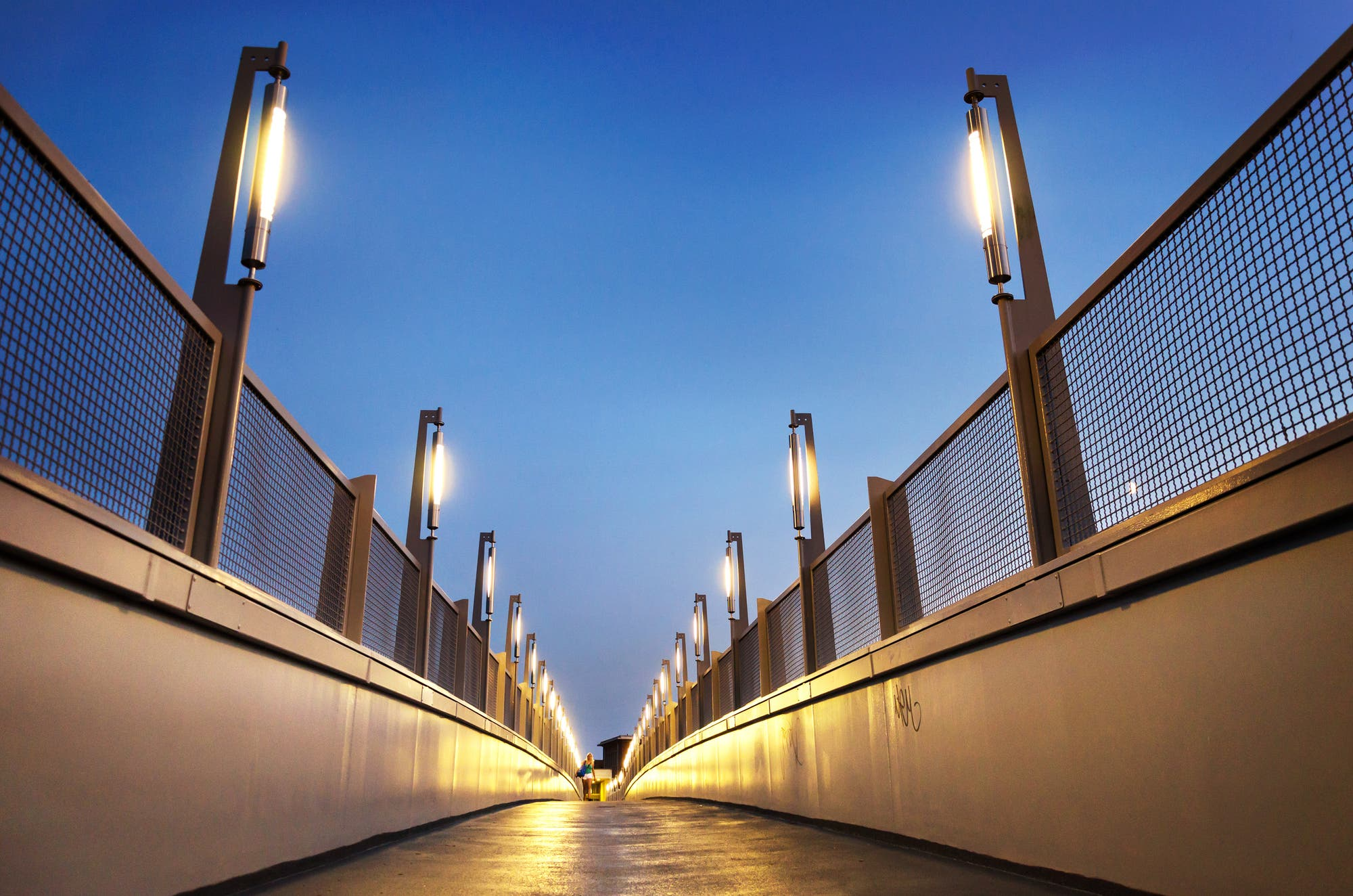 Beleuchtete Fußgängerbrücke sorgt für Lichtverschmutzung