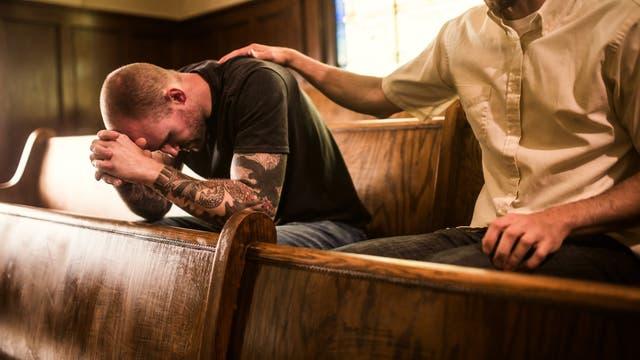 Ein betender Mann bittet um Verzeihung