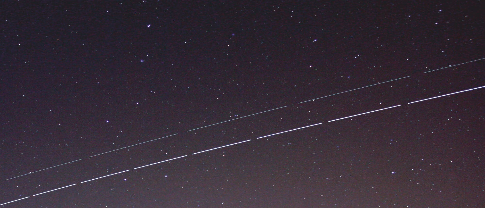 Die Internationale Raumstation ISS mit ATV (Strichspuraufnahme)