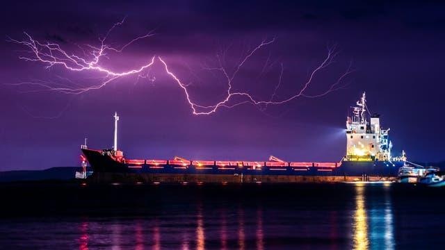Blitz über Frachter