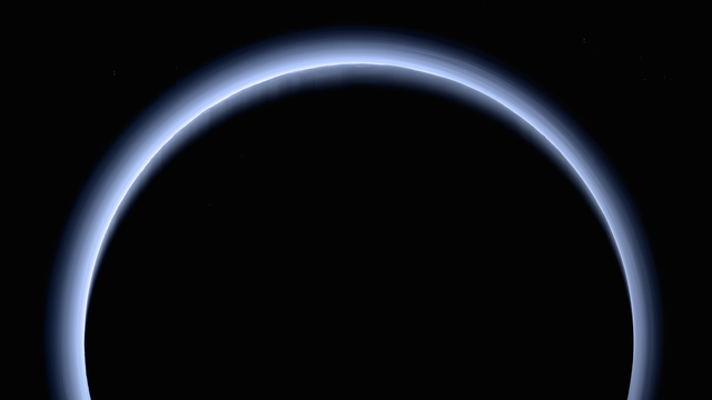 Ein Rückblick von New Horizons auf Pluto zeigt dessen Atmosphäre