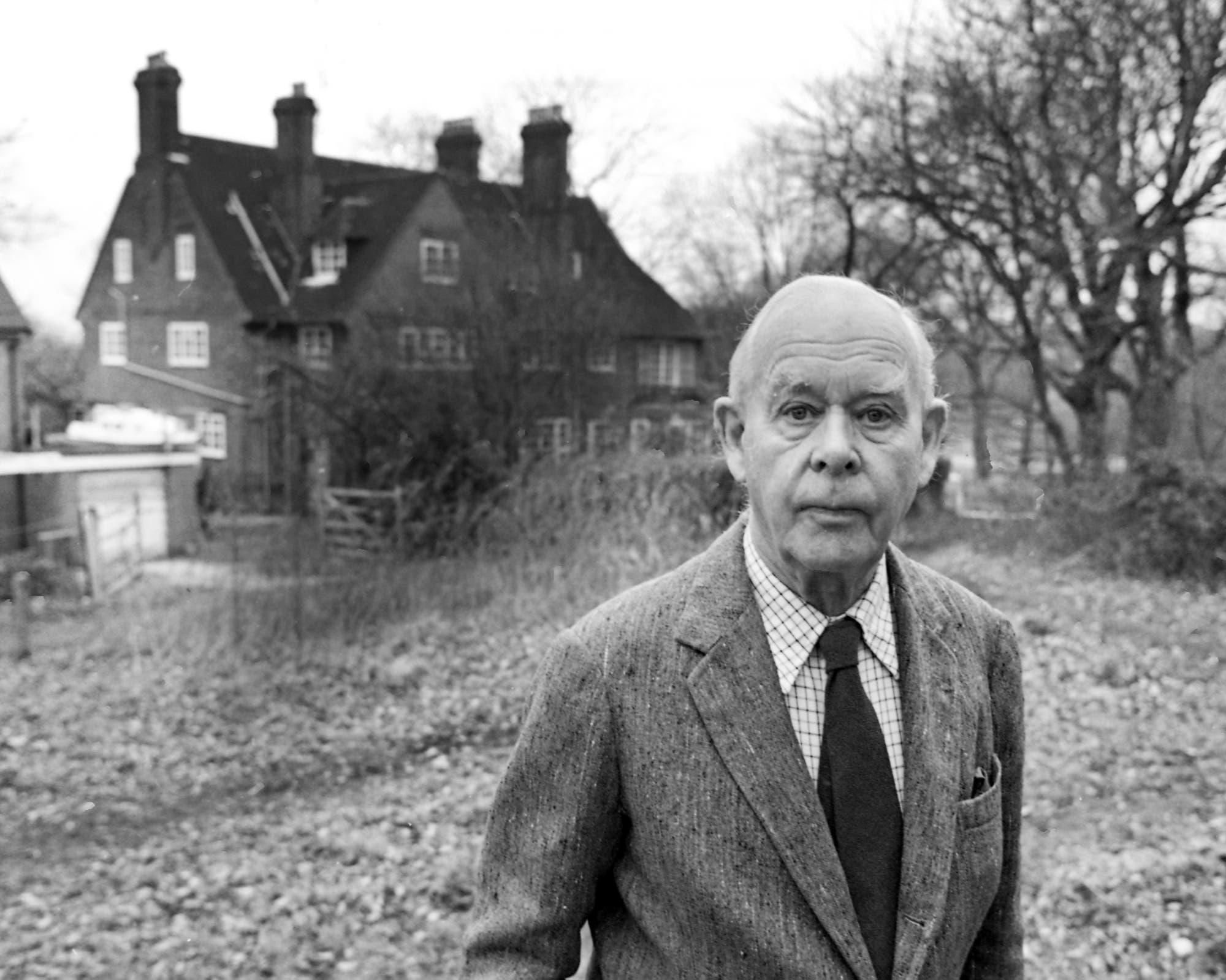 John Bowlby vor seinem Haus in der Nähe von London
