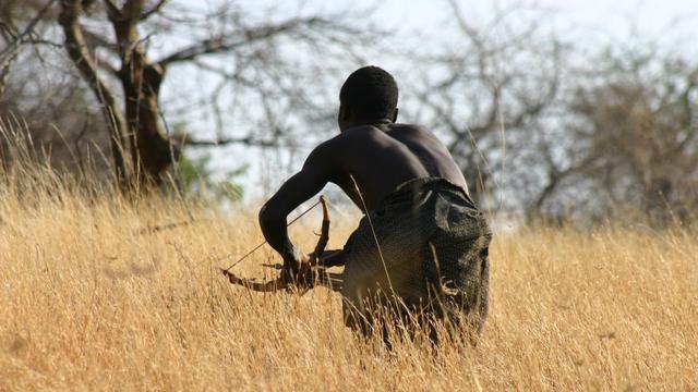 Ein Mann vom Volk der Hadza auf der Jagd