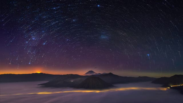 Sternenbahnen über dem Mount Bromo