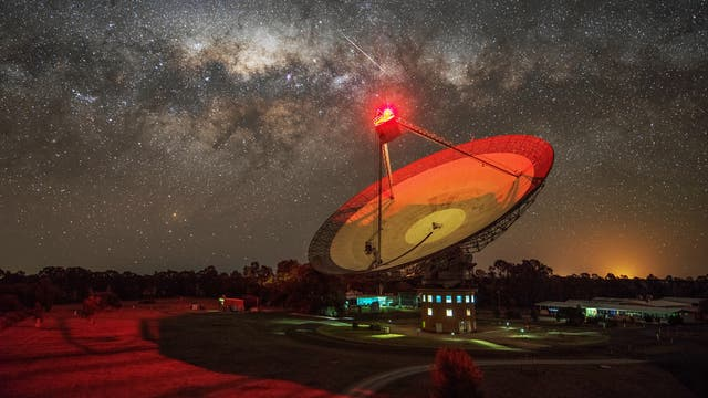 Das Parkes Teleskop in Australien bei Nacht. Es handelt sich dabei um ein Radioteleskop.