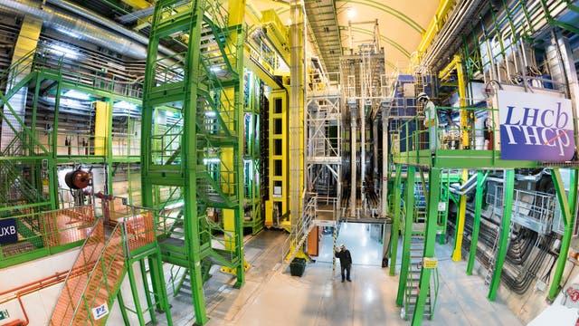 In einer unterirdischen Kaverne am Teilchenlabor CERN befindet sich das LHCb-Experiment, ein etwa 10 Meter hoher und 20 Meter langer Detektorkomplex.
