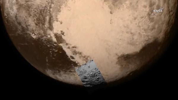 Kontextbild der ersten Detailaufnahme von Pluto (TV-Standbild)