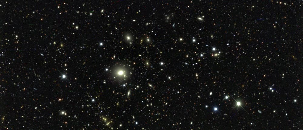 Zehn Gebiete am Himmel hat das DES-Team als »tiefe Felder« ausgewählt. Diese hat die Dark Energy Camera während der Durchmusterung mehrfach abgebildet, um einen Blick auf ferne Galaxien zu werfen und ihre 3D-Verteilung im Kosmos zu bestimmen.