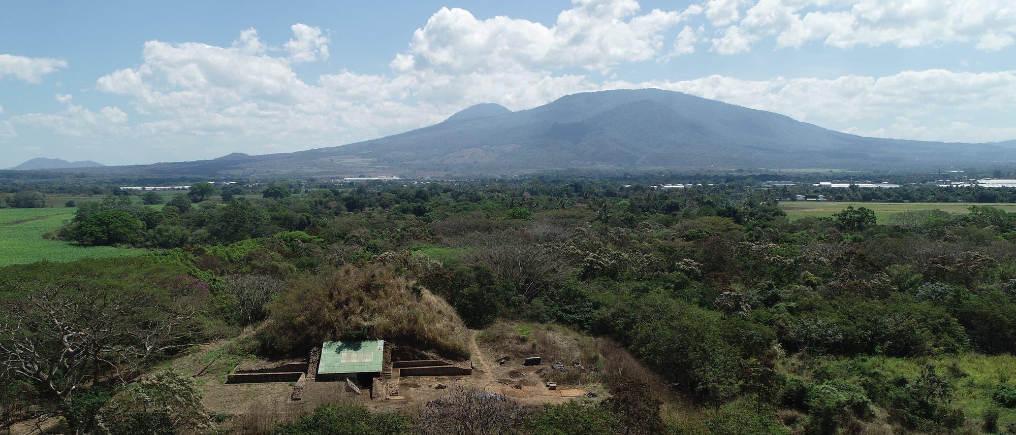Die Pyramide oder Campana Struktur von San Andrés im Vordergrund, dahinter die Vulkanlandschaft von San Salvador.