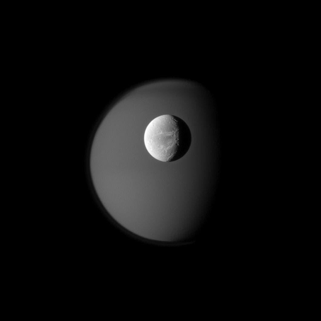 Dione vor Titan