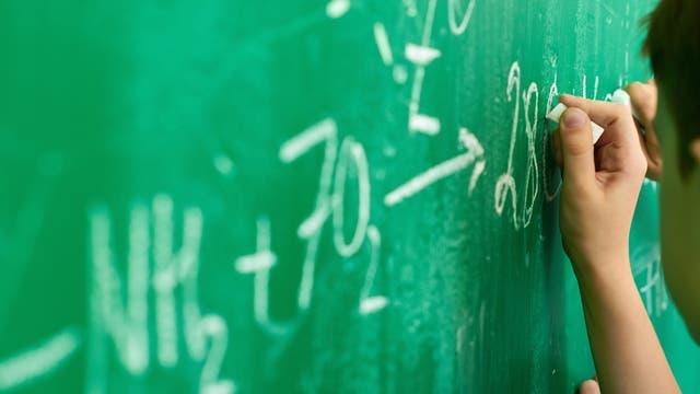 Chemische Formeln an der Tafel
