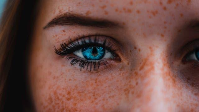 Blaues Auge einer Frau
