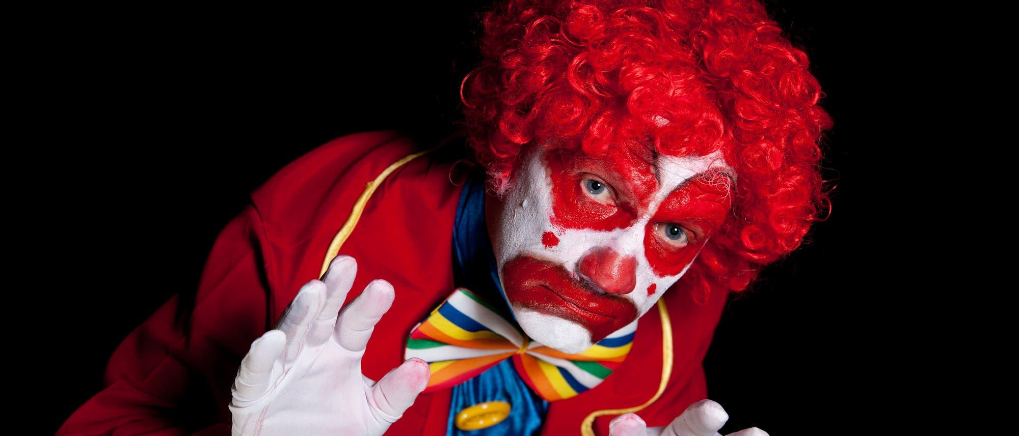 Ein Clown, der statt Freude zu bringen, eher gruselig wirkt.